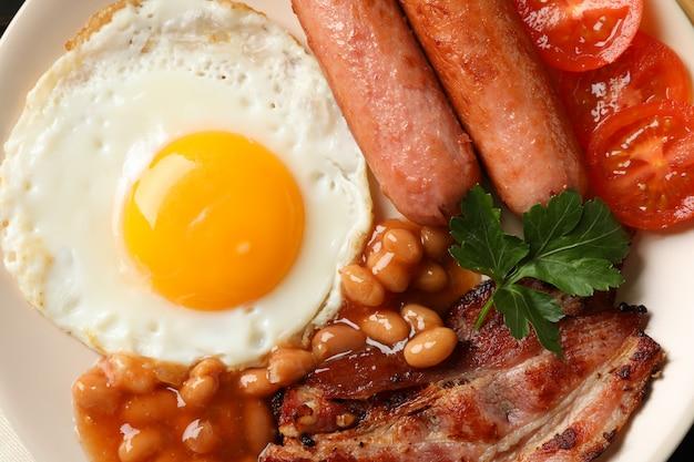 目玉焼きのおいしい朝食またはランチ、クローズアップ