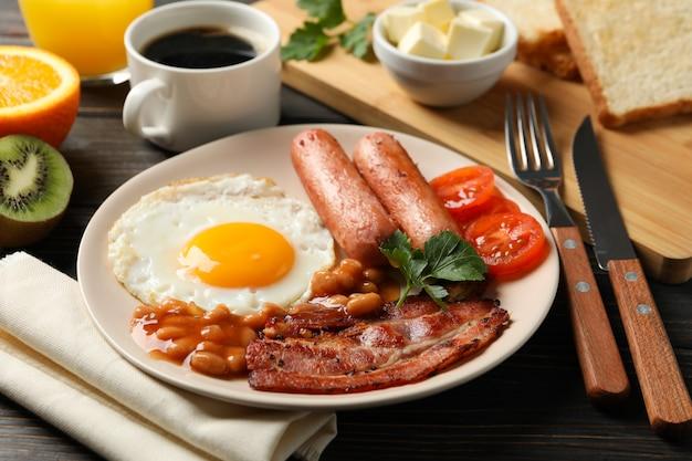 木製のテーブルに目玉焼きで美味しい朝食やランチ、クローズアップ