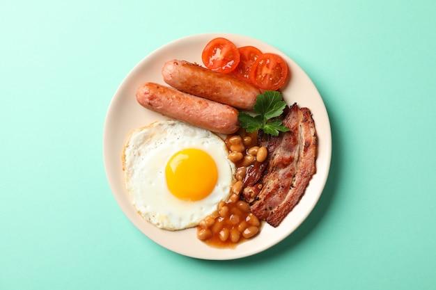 ミントテーブル、トップビューで目玉焼きとおいしい朝食またはランチ