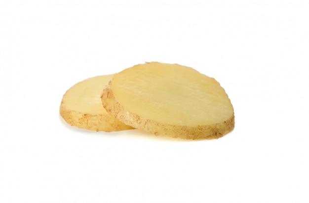 白い表面上に分離されて若いジャガイモのスライス