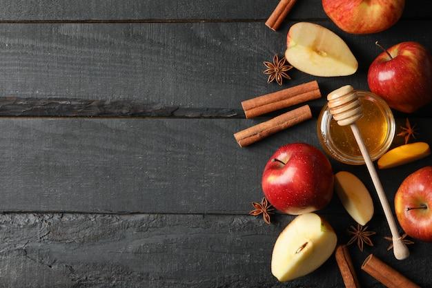 Яблоки, корица и мед на деревянном, вид сверху