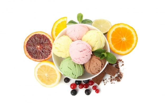 Чаша с мороженым и фруктами, изолированные на белой поверхности