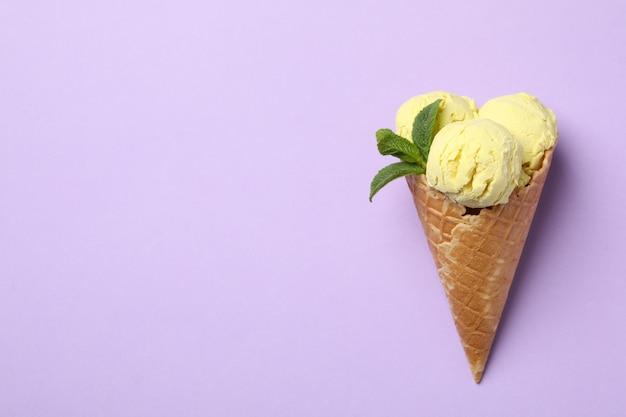 バイオレットの表面にアイスクリーム