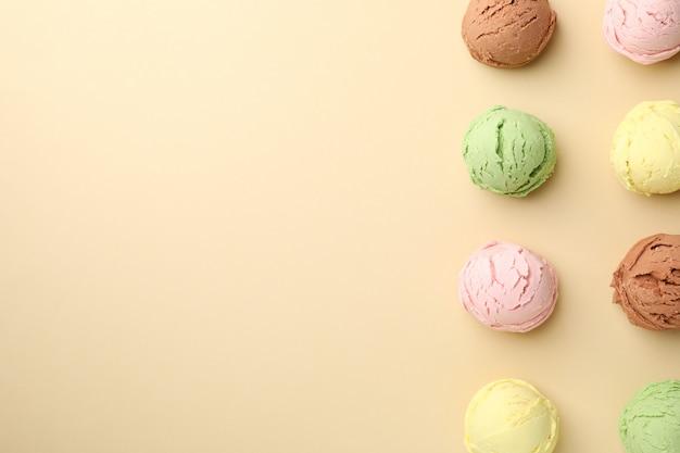 ベージュの表面にアイスクリームボール