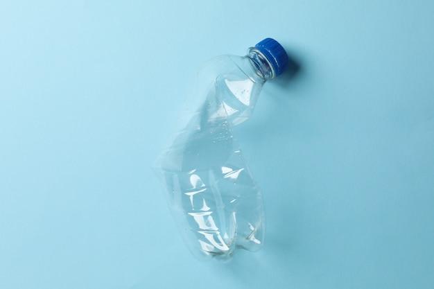 Используется пластиковая бутылка на синем, место для текста