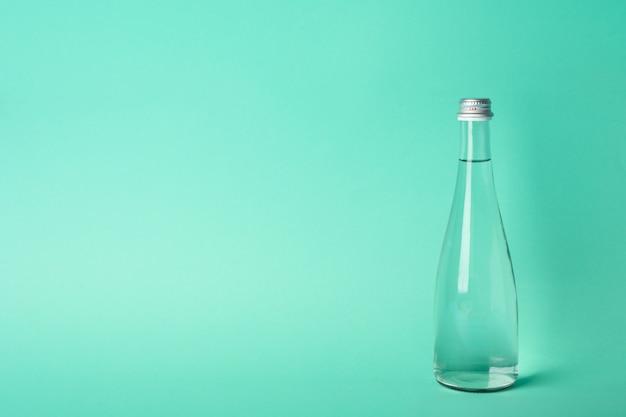 Бутылка с водой на мяте, место для текста