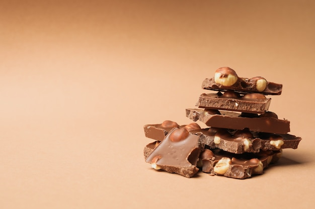 Шоколадные кусочки на бежевом. сладкая еда