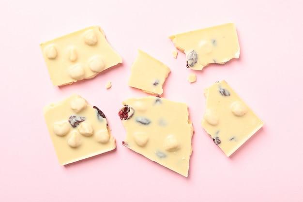 Кусочки белого шоколада на розовом