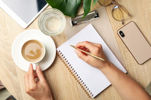 女の子はノートに書き込みます。ビジネスやブロガーのコンセプト