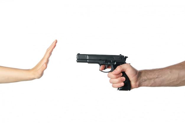 Грабитель направил руку с пистолетом на женщину, изолированную на белом
