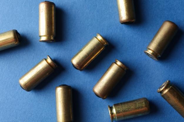 Резиновые пули на синем, вид сверху. оружие самообороны