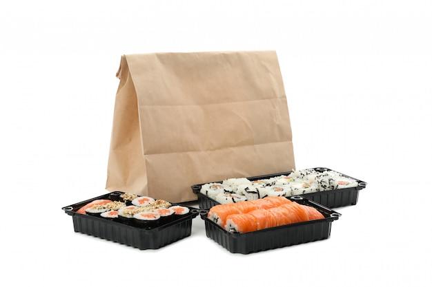 白い表面に分離された寿司のコンテナー。食品デリバリー