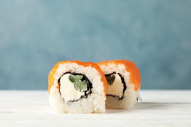 Вкусные суши роллы на деревянный стол. японская еда