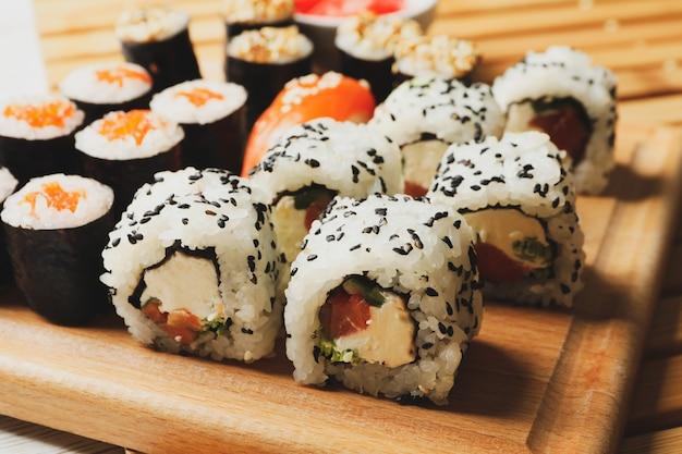 Вкусные суши роллы на деревянной поверхности японской кухни
