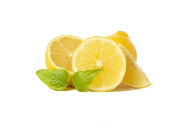 Свежие лимоны изолированные на белой поверхности. спелый фрукт