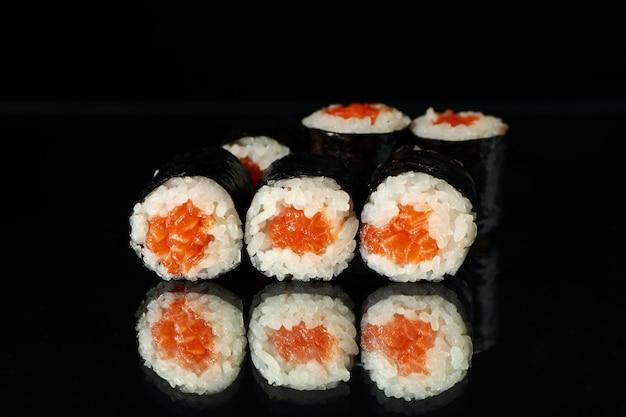 Вкусные суши роллы на черном зеркале. японская еда