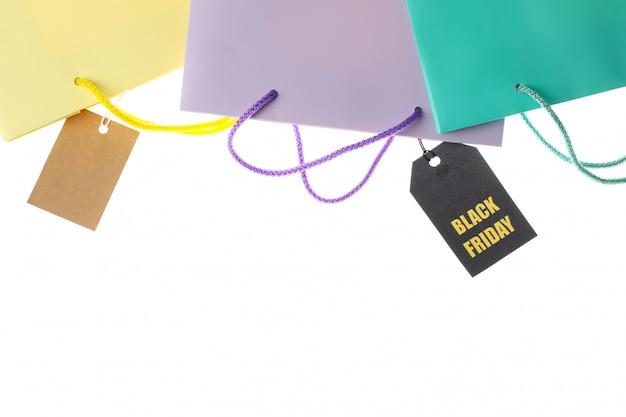 Бумажные пакеты и ценники на белом фоне