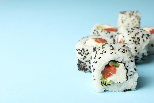 Вкусные суши роллы на синий стол. японская еда