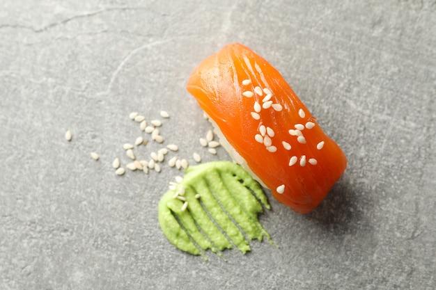 灰色のテーブルに美味しい巻き寿司とわさび。日本食