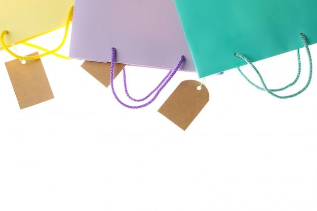 Бумажные пакеты и пустые метки на белом фоне