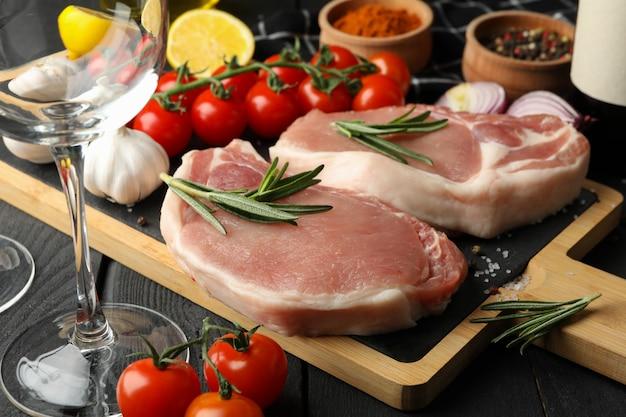 Композиция из сырого мяса и ингредиентов. концепция приготовления стейка