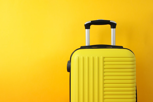 黄色、テキスト用のスペースにカラートラベルバッグ