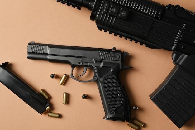 Композиция с оружием на бежевом, вид сверху