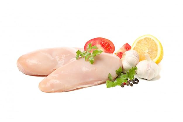 生の鶏肉とスパイスを白で隔離
