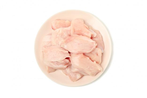 白で隔離される生の鶏肉のプレート