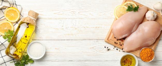 木材、トップビューで生の鶏肉と組成