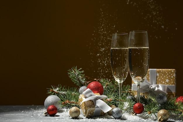 Бокалы для шампанского и безделушки на фоне золотого пространства, место для текста
