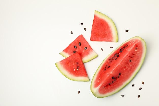 ホワイトスペースにスイカを一切れの構成。夏の果物
