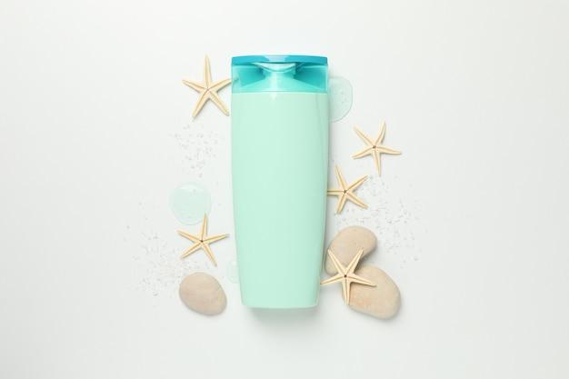 空白の化粧品ボトルと白い背景のヒトデ