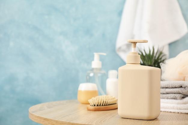 木製のテーブルに液体石鹸のボトル。個人の衛生概念