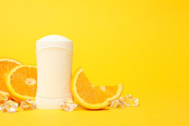 体の消臭剤、氷と黄色の背景にオレンジ、テキストの空白