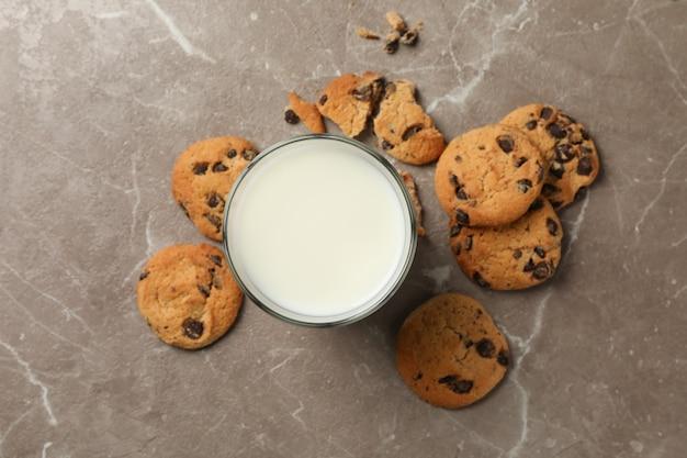チョコレートチップクッキーと茶色の背景、上面にミルク