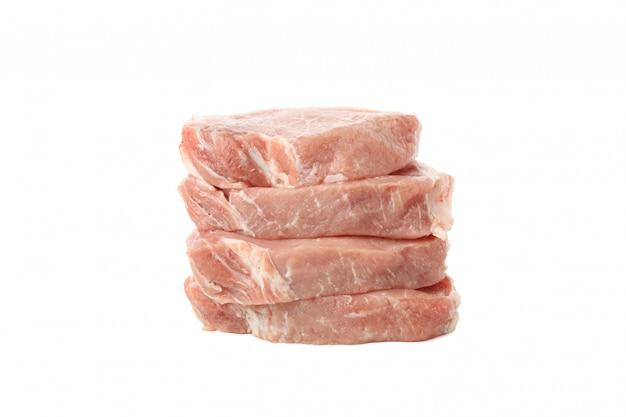 白い背景で隔離のステーキの生肉