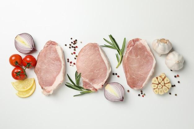 生の肉と白い背景に、平面図上の成分の組成