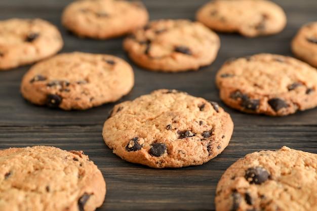Шоколадное печенье на деревянный стол.