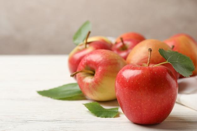 Яблоки на белом деревянном столе