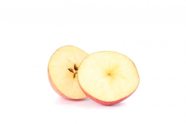Ломтики яблока на белом столе