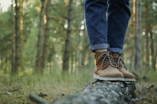 Человек в сапогах и джинсах на багажнике, место для текста