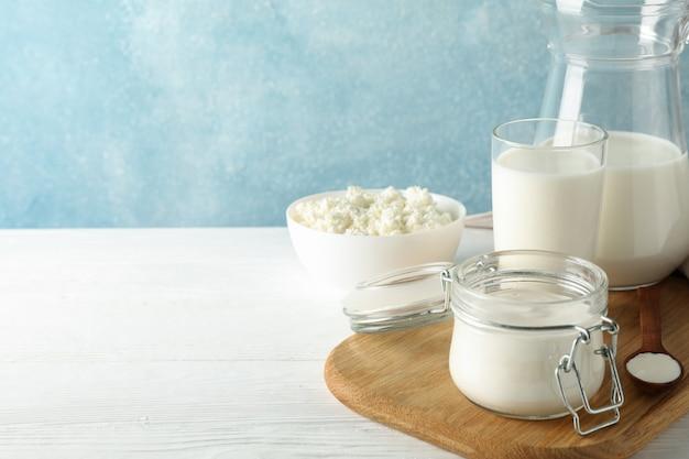 白い木製のテーブルに新鮮な乳製品