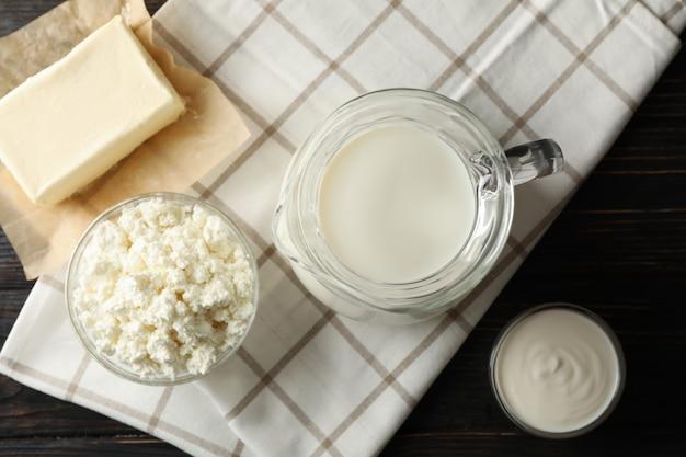 新鮮な乳製品や木製の背景にタオル