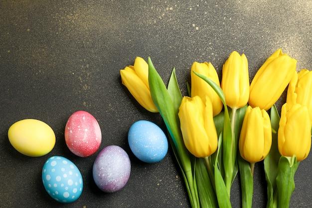 Украшенные яйца с цветами на золотом фоне