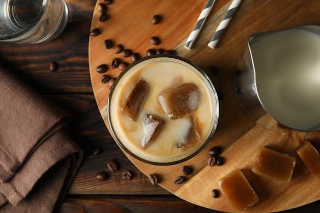 木製の背景、上面にアイスコーヒーと組成