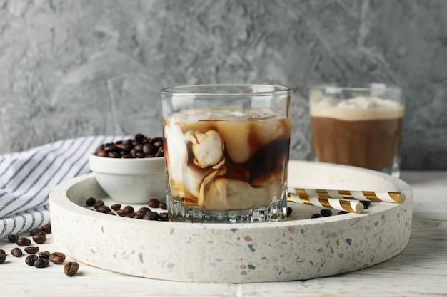 木製のアイスコーヒーとトレイの構成