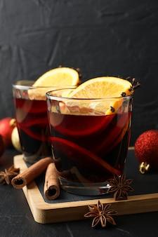 おいしいグリューワインとクリスマスつまらないもののグラス
