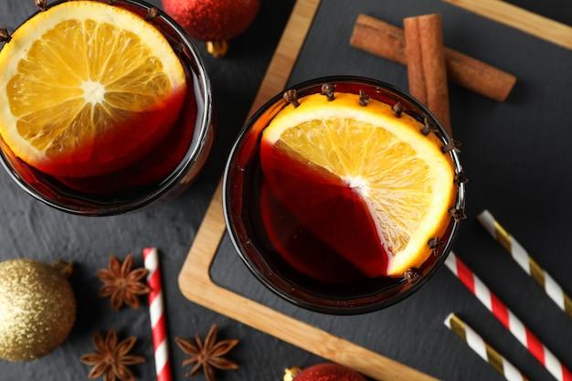 おいしいグリューワインとクリスマスつまらないもののグラスをクローズアップ