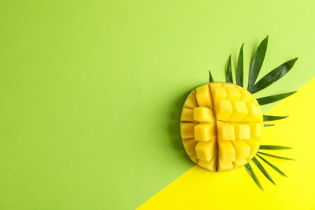 Вырезать спелых манго